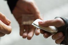 Sluit omhoog van verslaafde het kopen dosis van drugdealer stock foto