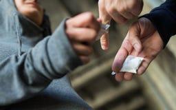 Sluit omhoog van verslaafde het kopen dosis van drugdealer stock foto's