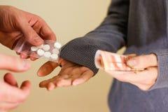 Sluit omhoog van verslaafde met geld het kopen dosis van handelaar Drug traf royalty-vrije stock afbeeldingen
