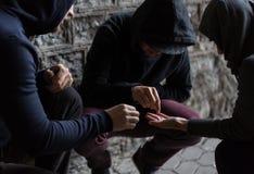 Sluit omhoog van verslaafden gebruikend drugpillen Stock Afbeeldingen