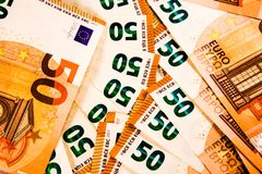 Sluit omhoog van vijftig 50 Euro nota'smengeling stock afbeeldingen