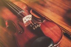 Sluit omhoog van viool op houten achtergrond in wijnoogst royalty-vrije stock fotografie