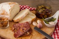 Sluit omhoog van vlees en brood door olijven in container Royalty-vrije Stock Fotografie