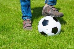 Sluit omhoog van voet en voetbalbal Royalty-vrije Stock Afbeeldingen