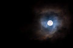 Sluit omhoog van volle maan in de donkere nacht Royalty-vrije Stock Foto's