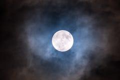 Sluit omhoog van volle maan in de donkere nacht Stock Fotografie