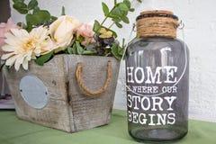 Sluit omhoog van voorwerpen van de huis de binnenlandse mooie decoratie, bloemen en glasdoos op de kast royalty-vrije stock afbeelding