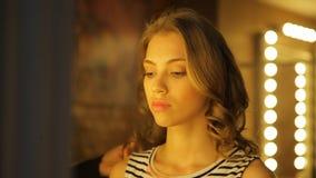 Sluit omhoog van vrolijke vrouw in make-upruimte Stilist die make-up maken stock video