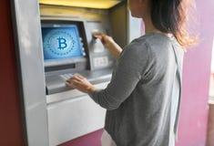 Sluit omhoog van vrouw die kaart opnemen aan ATM-machine stock afbeeldingen