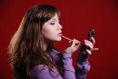 Sluit omhoog van vrouw die spiegel onderzoekt Stock Fotografie