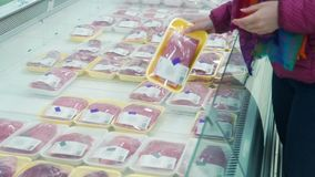 Sluit omhoog van Vrouw die Vlees in Kruidenierswinkelopslag kiezen stock videobeelden