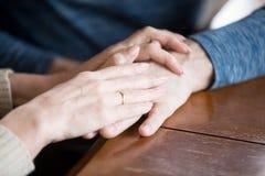Sluit omhoog van vrouw en man holdingshanden samen royalty-vrije stock foto