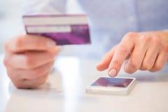 Sluit omhoog van Vrouw Gebruikend Creditcard om Aankoop op Mobiel P te maken stock afbeelding