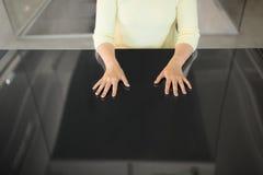 Sluit omhoog van vrouw gebruikend zwart interactief paneel stock fotografie