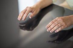 Sluit omhoog van vrouw gebruikend zwart interactief paneel royalty-vrije stock foto's