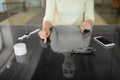 Sluit omhoog van vrouw gebruikend zwart interactief paneel stock foto's