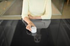 Sluit omhoog van vrouw gebruikend zwart interactief paneel royalty-vrije stock fotografie