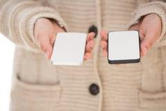 Sluit omhoog van vrouw het tonen smartphones Royalty-vrije Stock Afbeelding