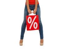 Sluit omhoog van vrouw met het winkelen zak Royalty-vrije Stock Afbeeldingen