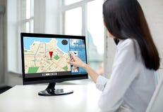 Sluit omhoog van vrouw met navigatorkaart op computer Royalty-vrije Stock Fotografie