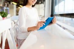 Sluit omhoog van vrouw met tabletpc bij koffie Royalty-vrije Stock Afbeeldingen