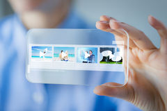 Sluit omhoog van vrouw met transparante smartphone Stock Foto's