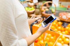 Sluit omhoog van vrouw met voedselmand in markt Royalty-vrije Stock Foto's