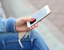 Sluit omhoog van vrouw mobiel gebruiken Stock Fotografie