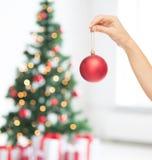 Sluit omhoog van vrouw in sweater met Kerstmisbal Royalty-vrije Stock Foto's