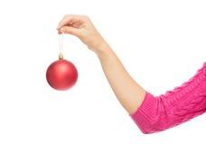 Sluit omhoog van vrouw in sweater met Kerstmisbal Stock Fotografie