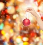 Sluit omhoog van vrouw in sweater met Kerstmisbal Royalty-vrije Stock Fotografie