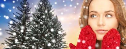 Sluit omhoog van vrouw in vuisthandschoenen over Kerstmisboom stock afbeeldingen