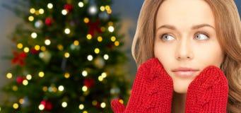 Sluit omhoog van vrouw in vuisthandschoenen over Kerstmisboom stock foto's