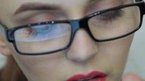 Sluit omhoog van vrouwelijk gezicht bekijkend het scherm van digitale tablet stock video