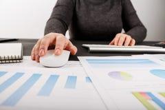 Sluit omhoog van vrouwelijke accountant of bankier die berekeningen maken Stock Fotografie