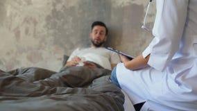 Sluit omhoog van vrouwelijke artsen bezoekende patiënt thuis stock video