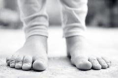 Sluit omhoog van vrouwelijke benen die witte gekleurde beenkappen dragen royalty-vrije stock fotografie