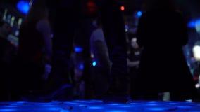 Sluit omhoog van vrouwelijke benen in leerschoenen die en op stadium in club springen dansen stock videobeelden