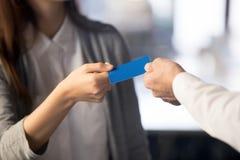 Sluit omhoog van vrouwelijke en mannelijke handen houdend adreskaartje royalty-vrije stock foto's