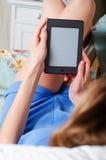 Sluit omhoog van vrouwelijke handen houdend eBook, liggend op de laag Stock Afbeeldingen