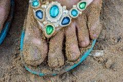 Sluit omhoog van vrouwelijke vuile voeten met nat Strandzand stock fotografie