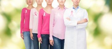 Sluit omhoog van vrouwen met de linten van de kankervoorlichting Stock Foto's
