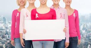 Sluit omhoog van vrouwen met de linten van de kankervoorlichting Stock Afbeeldingen
