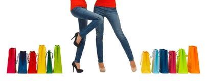 Sluit omhoog van vrouwen met het winkelen zakken stock foto's