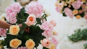 Sluit omhoog van vrouwenbloemist die boeket maken bij bloemwinkel Mensen, kleine onderneming, verkoop en floristry concept stock videobeelden