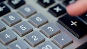 Sluit omhoog van vrouwenhand gebruikend calculator Bereken geldwinst op calculator stock footage
