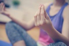 Sluit omhoog van vrouwenhanden, die yoga doen royalty-vrije stock foto