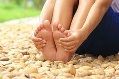 Sluit omhoog van vrouwenontspanning en masseer op een rots, Gezondheidszorg en kuuroordstenenconcept stock afbeeldingen