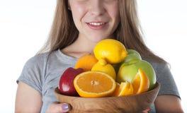 Sluit omhoog van vruchten in houten kom Gezond De kiwi, Citroen, sinaasappel, appelen stelde in houten kom en gehouden samen door stock foto
