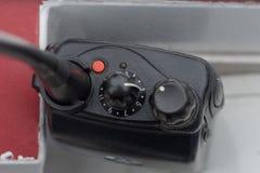 Sluit omhoog van walkie-talkiecontroles met wijzerplaat aan 3 wordt geplaatst die royalty-vrije stock afbeeldingen